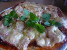Domowa pizza z szynką i warzywami
