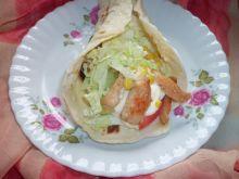 Domowa tortilla z filetem z kurczaka i warzywami