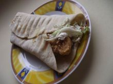 Domowa tortilla z kapustą pekińską i kurczakiem