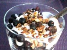 Domowe musli z jogurtem i jagodami