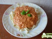 Domowe tagliatelle z pomidorami i...