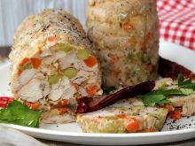 Domowy kurczak w galaretce z marchewką i groszkiem