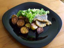 dorsz z zieloną sałatką i ziemniakami