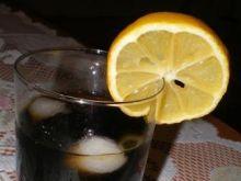 Drink z coca-colą i cytryną