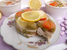 Drobiowa galaretka z warzywami i jajkiem