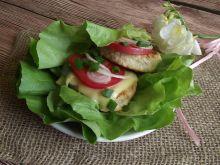 Drobiowe cheeseburgery na sałacie
