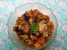 Drobiowe skrzydełka z marchewką i groszkiem