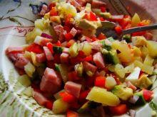 Drobna sałatka z ziemniaków i awokado