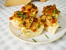 Drożdżowe babeczki z kurczakiem i warzywami