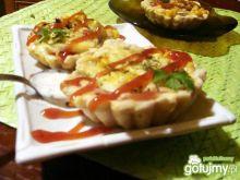 Drożdżowe babeczki z nadzieniem pizzy