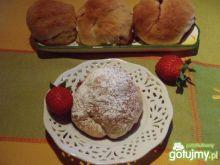 Drożdżowe bułeczki z truskawkami