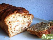 Drożdżowe ciasto cynamonowe w keksówce