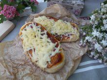 Drożdżowe placki z ketchupem i serem żółtym