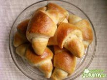 Drożdżowe rogaliki z kremem truskawkowym