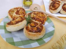 Drożdżowe ślimaczki z serem żółtym i kukurydzą