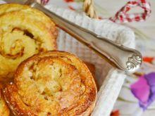 Drożdżowe zawijane muffiny z jabłkiem