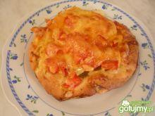 Drożdżówka z serem żółtym i pomidorem