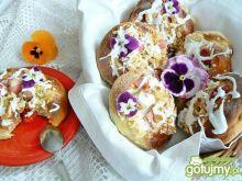 Drożdżowki z rabarbarem i truskawkami