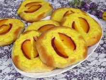 Drożdżówki z serem i nektarynkami