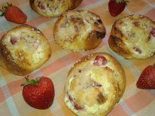 Drożdżówki z serem, truskawkami i kruszonką