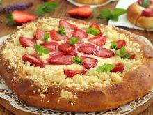 Drożdżówki z truskawkami i serem