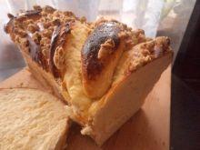 Drożdżowy z serem i orzechową kruszonką