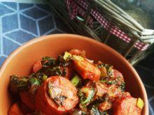 Duszona kiełbasa z jarmużem w sosie pomidorowym