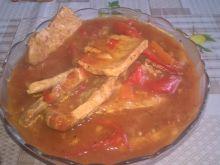 Duszona łopatka z warzywami w sosie pomidorowym