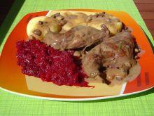 Duszony królik w sosie rozmarynowym
