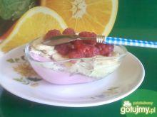 Dwukolorowy deser z owocami.