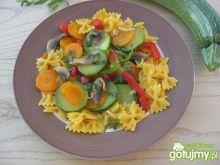 Farfalle dyniowo-marchewkowe z warzywami