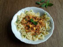 Farfalle z sosem mięsnym w pomidorach z kukurydzą