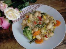 Fasola duszona z kaszą pęczak i warzywami