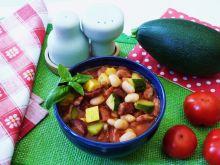 Fasola z warzywami i kiełbasą