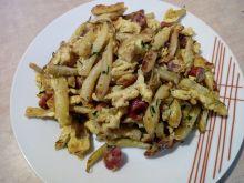 Fasolka szparagowa z jajkiem i kabanosem