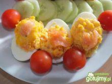 Faszerowane jajka pastą z łososia.