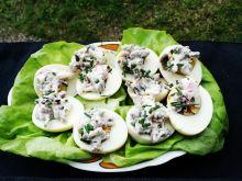 Faszerowane jajka rzodkiewką i szczypiorkiem