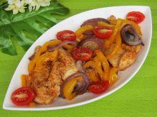 Filet pieczony z papryką, cebulą i pomidorkami