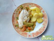 Filety z tilapii w sosie z warzywami