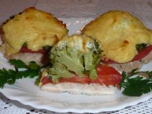 Filety zapiekane z brokułem i pomidorem