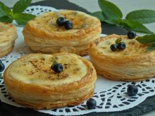 Francuskie ciasteczka z jagodami jak Crème brûlée