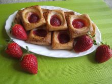 Francuskie ciasteczka z truskawką