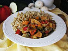 Fusilli z warzywami i kurczakiem w miodzie