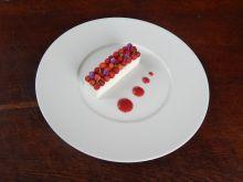 Galaretka jogurtowa z przecierem poziomkowym