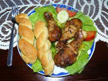 Glazurowane pałki z kurczaka na sałacie