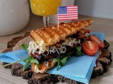 Gofrowy sandwich z piersią kurzą glazurowaną