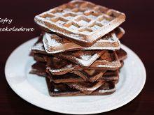 Gofry czekoladowe posypane cukrem pudrem .