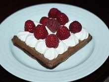 Gofry czekoladowe ze śmietaną i malinami