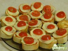 Gorąca bagietka z oscypkiem i pomidorem