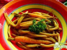 Gotowane fasoli i marchewki z masełkiem